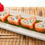 LOVE MAKI - Maki di surimi e avocado con fettine di pesce crudo