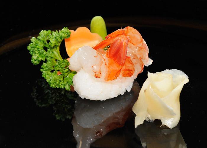 Sushi nigiri amaebi. Nigiri di gambero crudo