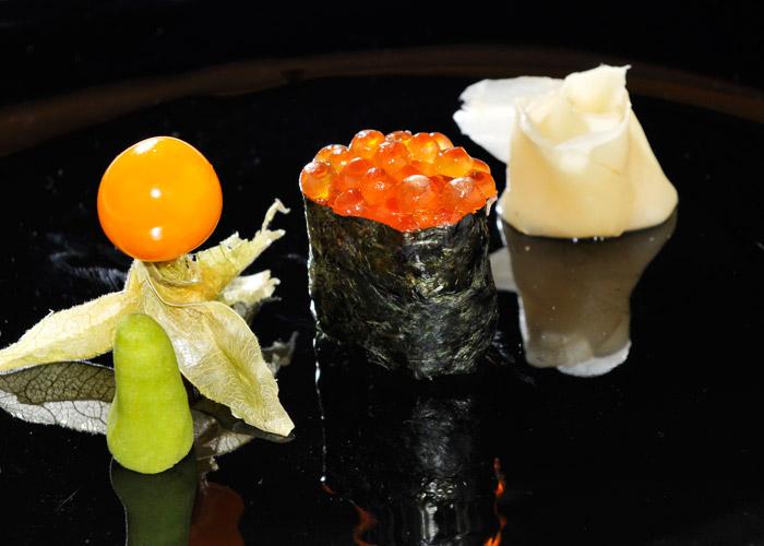 Sushi nigiri ikura. Nigiri di uova di salmone