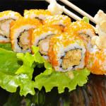TOBIKO URAMAKI - Rotolo di riso con tempura e tobiko all'esterno